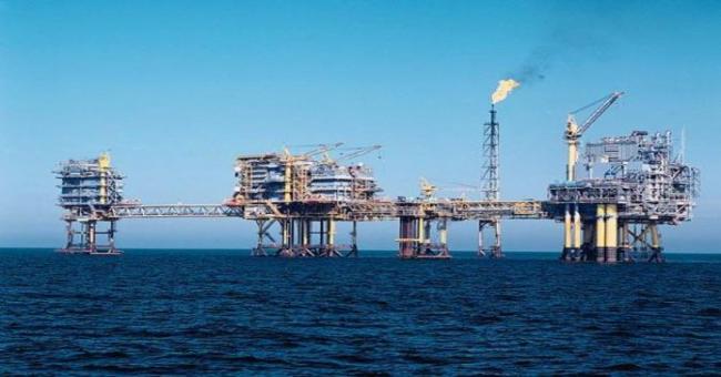 Le pétrole recule, plombé par un dollar fort